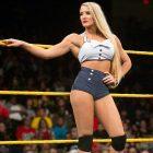 Les stars de la WWE Naomi et Lacey Evans se prennent des photos