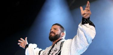 Robert Roode poses for the fans