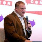 Glenn Jacobs, alias Kane de la WWE, publie une annonce appelant les `` forces sinistres '' des responsables de la santé au milieu de la pandémie de COVID-19