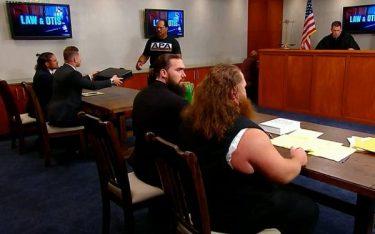 Le segment Law & Otis se traduit par l'enfer de la WWE dans un match cellulaire contre de l'argent dans le porte-documents de la banque