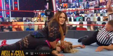 Résultats bruts de la WWE (10/19) - Fatal Four Way Tag Team Match - Shayna Baszler et Nia Jax (c) ont battu Lacey Evans (épingle) et Peyton Royce, la Riott Squad (Ruby Riott et Liv Morgan), et Mandy Rose et Dana Brooke par pinfall;  Concert d'Elias