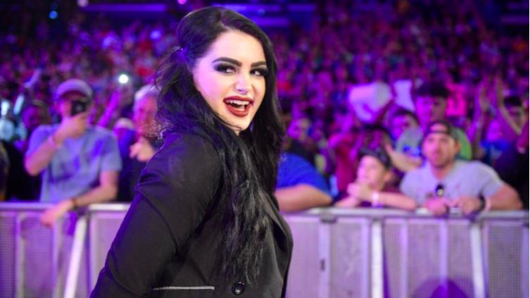 Paige remercie les fans pour leur soutien concernant l'interdiction de tiers de la WWE, dit qu'elle prévoit de continuer à diffuser