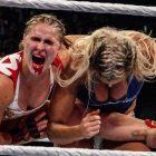 Charlotte Flair prend une photo à Ronda Rousey