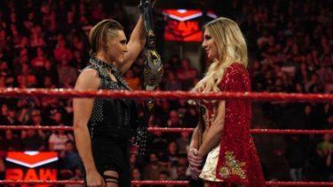 Rhea Ripley s'attend à ce que Charlotte Flair soit ajoutée à son match pour le titre