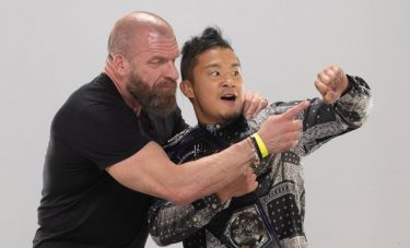 Triple H et Shawn Michaels félicitent le champion de la WWE NXT Cruiserweight Kushida