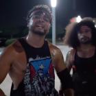 Santana et Ortiz discutent de la bagarre sur le parking avec leurs meilleurs amis, comment ils peuvent travailler n'importe quel style