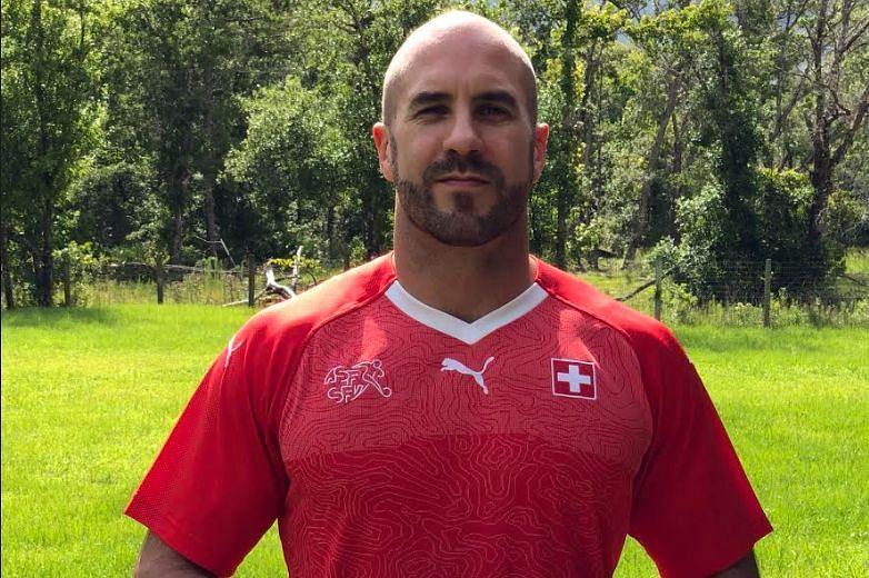 Cesaro portant le maillot de football de la Suisse