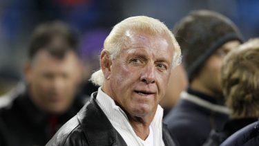 La légende de la WWE Ric Flair traque la célèbre robe papillon