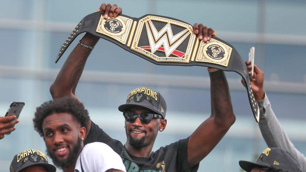 La WWE et Triple H donnent la ceinture du titre aux Milwaukee Bucks pour le championnat NBA