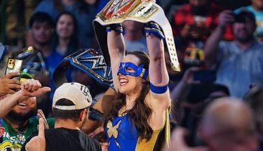 Nikki ASH encaisse un contrat d'argent dans la banque et remporte le championnat féminin RAW