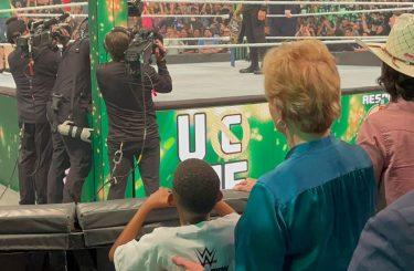 Vidéo: Linda McMahon aide un jeune fan à assurer la sécurité de WWE Money In The Bank