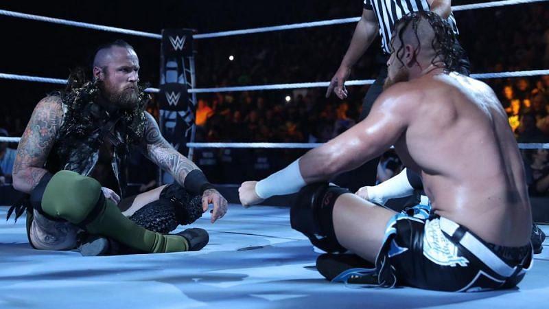 Buddy Murphy (à droite) a également rivalisé avec Aleister Black (à gauche) à la WWE
