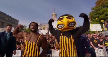 Le champion de la WWE Big E enflamme la foule des Iowa Hawkeyes avant l'épreuve de force de Penn State